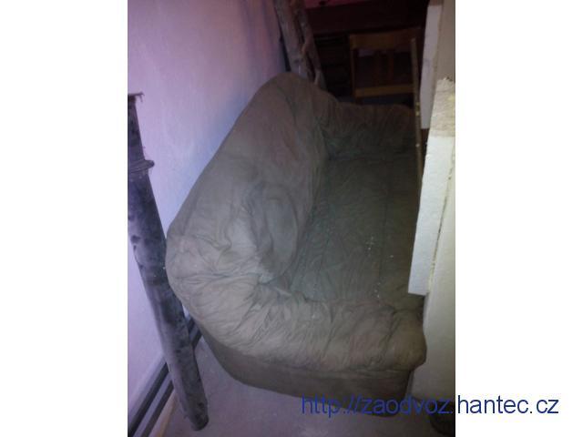 Starý gauč a starou postel s uloznym prostorem